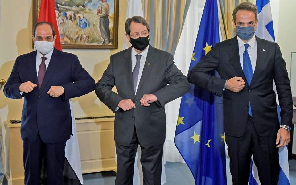 Da sinistra il presidente egiziano al-Sisi, il presidente cipriota Anastasaides e il primo ministro greco Mitsotakis durante l'ottavo vertice trilaterale a Nicosia. (Foto: Presidenza della Repubblica di Cipro)  Trilaterale Nicosia  Trilaterale Nicosia