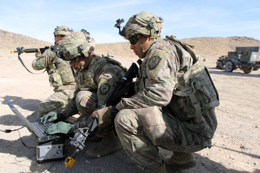 Specialisti dell'Expeditionary Cyber Support Detachment, 782nd Military Intelligence Battalion (Cyber), di stanza a Fort Gordon, in Georgia, si esercitano nella condotta di operazioni cibernetiche offensive nel 2018. (US Army)