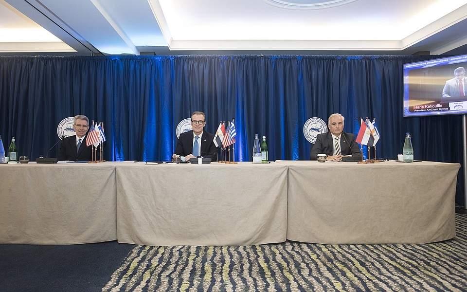 Firma di un memorandum di cooperazione tra le camere di commercio americane a Cipro e in Egitto e la Camera di commercio americano-ellenica ad Atene. (Foto: Ekathimerini)