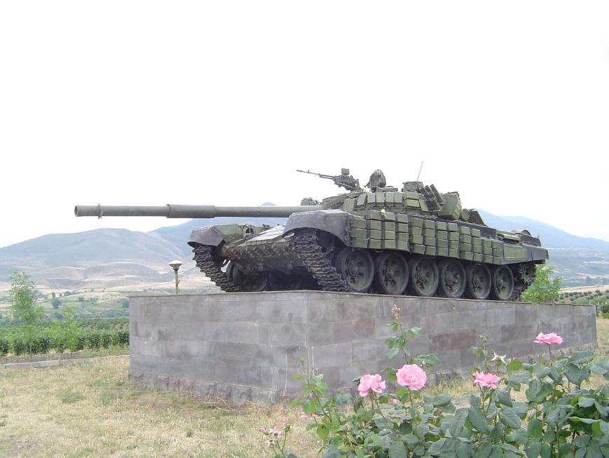 Un memoriale di un carro armato T-72 armeno trovato vicino alla periferia della città di Stepanakert, capitale del Nagorno-Karabakh. Il carro armato stava avanzando per attaccare le posizioni azere ad Askeran dove ha colpito una mina e tutti i suoi occupanti sono stati uccisi nell'esplosione.