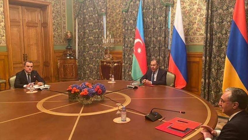 I rappresentati di Armenia e Azerbaigian concordano il cessate-il-fuoco durante l'incontro del 9 ottobre. (Foto da: Anadolu Agency)