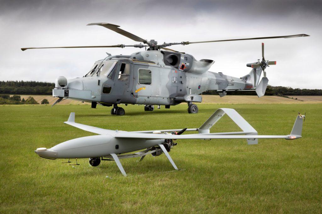 """In primo piano, l'UAV semi-autonomo fornito da Callen-Lenz Associates; alle sue spalle l'AW-159 """"Wildcat"""". (Leonardo)"""