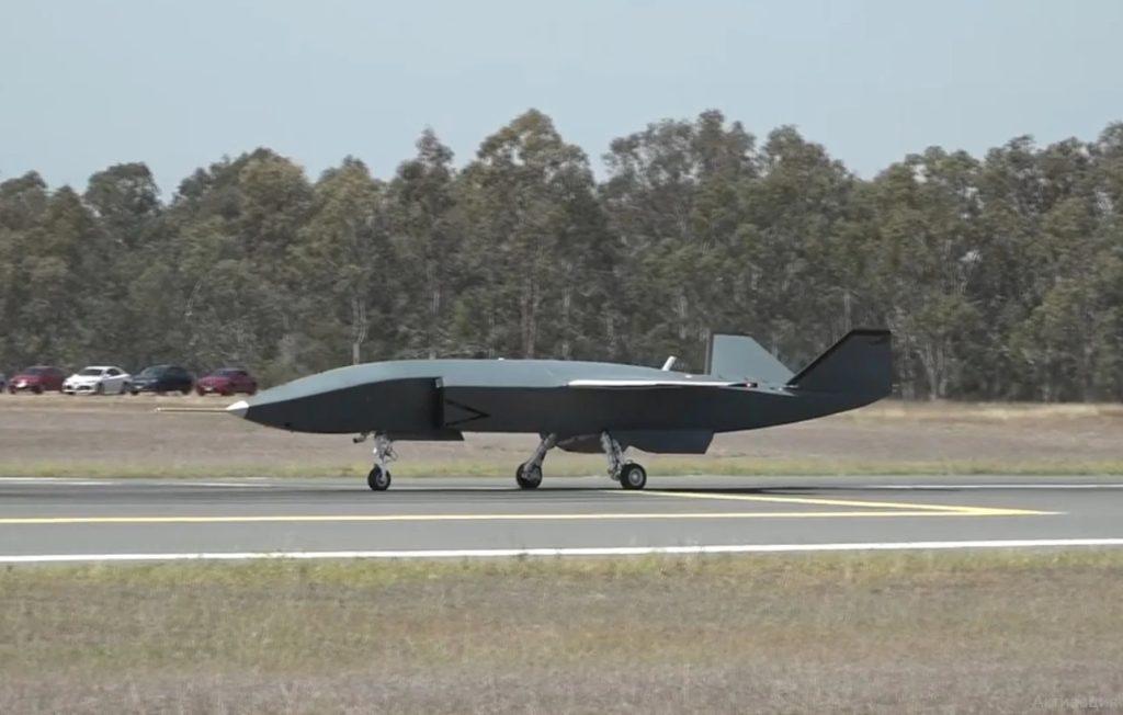 Un'immagine del test di rullaggio a bassa velocità condotto da Boeing Australia come parte del programma di prove a terra in preparazione del primo volo che si svolgerà entro la fine del 2020. (Boeing)