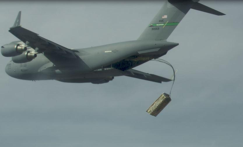 Aviolancio ad alta quota di munizioni palletizzate (simulacri di missili JASSM) da un Boeing C-17 durante l'esercitazione Onramp #2 tenutasi a settembre per testare l'Advanced Battle Management System (ABMS). (US Air Force)  USAF cargo strike pallet