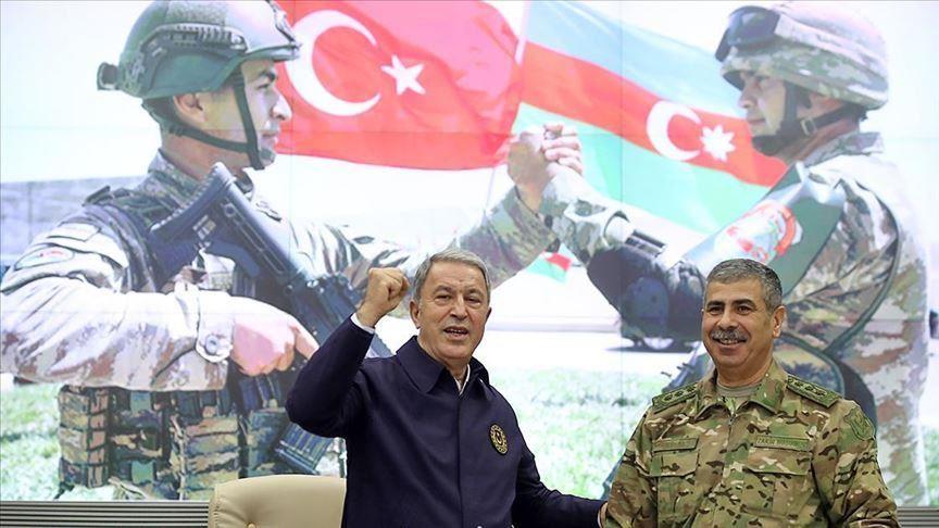 Il ministro della Difesa turco, Hulusi Akar (a sinistra), viene accolto dal suo omologo azero, il generale Zakir Hasanov (a destra), per festeggiare la vittoria dell'Azerbaigian nel conflitto contro l'Armenia. (Foto da Anadolu Agency)