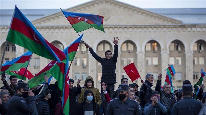 Gli azeri festeggiano l'accordo sul Karabakh. (Foto da Anadolu Agency)