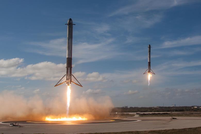 Lanciatori Falcon 9 di SpaceX in fase di atterraggio. Il Falcon 9 è riutilizzabile e può portare un payload di 22.800 kg fino alla bassa orbita terrestre. (SpaceX)