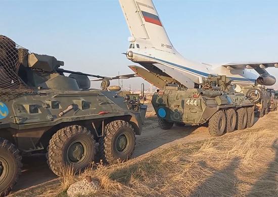 """La Russia si è impegnata a dispiegare 1.960 peacekeeper con 90 veicoli corazzati, 380 automezzi, elicotteri Mi-8 e Mi-24 lungo il cosiddetto """"corridoio di Lachin"""". (Foto da Ministero della Difesa russo)"""