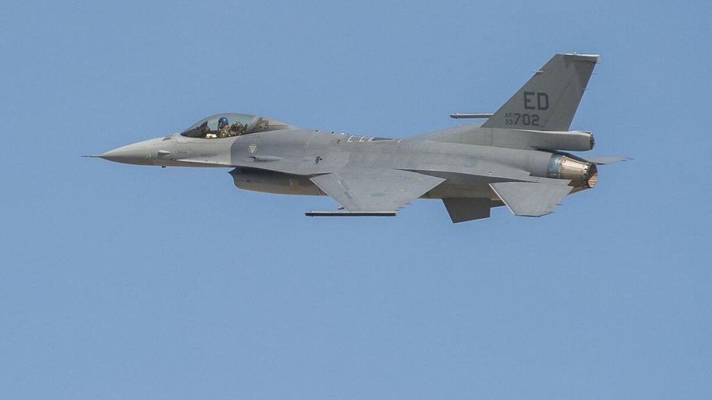 Il caccia F-16.