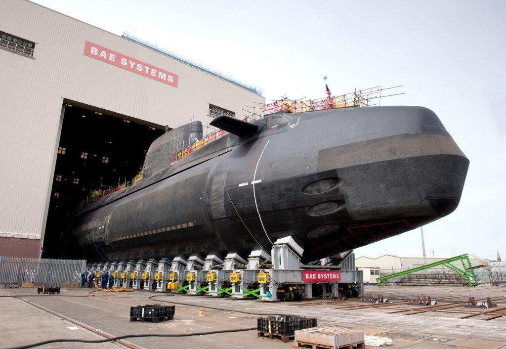 Sottomarino nucleare d'attacco (SSN) classe Astute della Royal Navy presso i cantieri BAE Systems sul fiume Clyde, in Scozia. (BAE Systems)