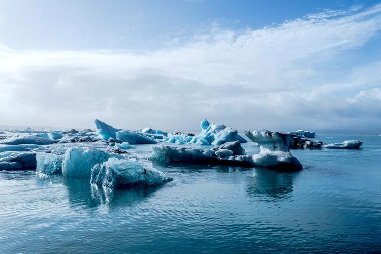 Lo scioglimento dei ghiacciai, causato dal cambiamento climatico, ha creato nuove rotte commerciali.