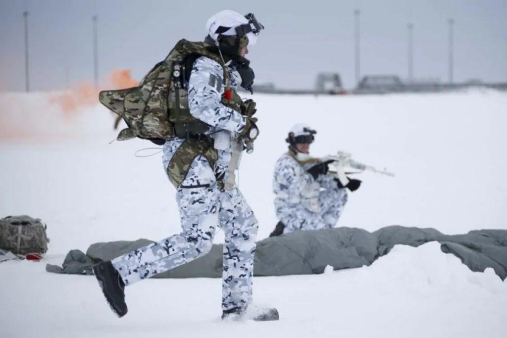 Paracadutisti russi nel corso di un'esercitazione nella regione artica. (Ministero della Difesa russo)