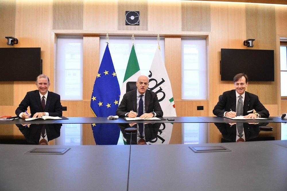 Da sinistra gli amministratori delegati di Snam, Marco Alverà , di ENI, Claudio Descalzi e di CDP, Fabrizio Palermo durante la firma della lettera d'intenti. (Foto da account Twitter di Snam)