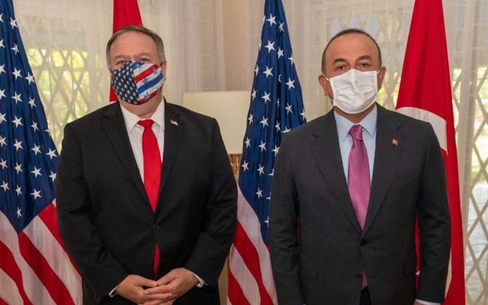 Il segretario di Stato USA, Mike Pompeo (a sinistra) e il ministro degli Esteri turco, Mevlut Cavusoglu (a destra), hanno discusso la decisione di Washington in una telefonata.