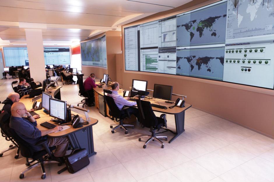 Il Security Operation Center (SOC) di Chieti, centro di eccellenza di Leonardo che lavora per individuare in tempo reale possibili minacce o attacchi in campo informatico, è diventato un punto di riferimento importante per la protezione delle infrastrutture del sistema Paese. (Foto da Leonardo)