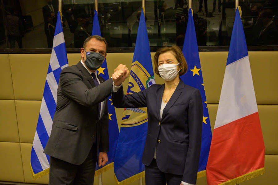 Il ministro della Difesa francese, Florence Parly, e il suo omologo greco, Nikos Panagiotopoulos, il 25 gennaio ad Atene in occasione della firma dell'accordo per l'acquisto, da parte di Atene, di 18 jet Rafale prodotti da Dassault. (Foto da account Twitter del ministro francese Florence Parly)