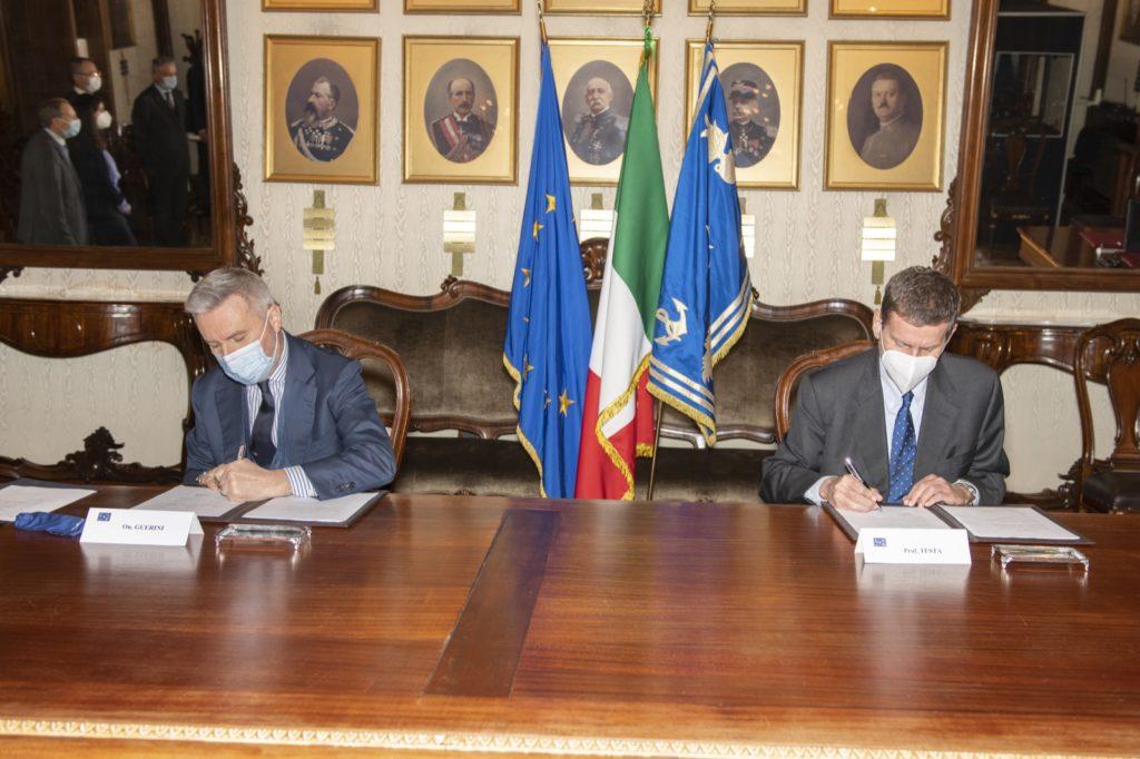 Da sinistra il ministro della Difesa, Guerini, e il presidente dell'ENEA, Testa, durante la firma del protocollo d'intesa il 10 febbraio 2021 (Foto da Ministero della DIfesa).