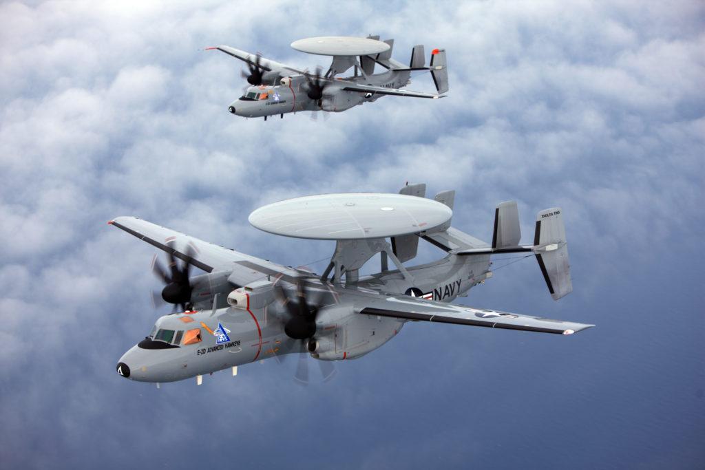 Una coppia di aerei AEW (Airborne Early Warning) E-2D Advanced Hawkeye della US Navy. Questo velivolo è in servizio in anche in Giappone in quattro esemplari, ai quali dovrebbero presto aggiungersene altri 9; inoltre la Francia ne ha ordinati 3 lo scorso dicembre (foto Northrop Grumman).