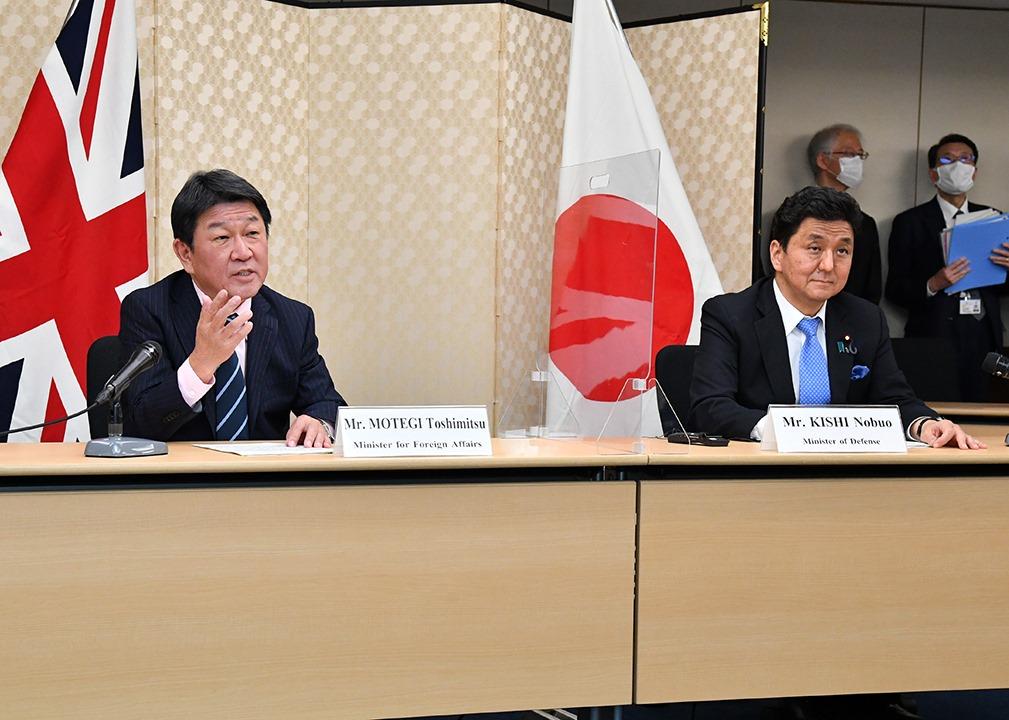 Il ministro degli Affari Esteri del Giappone, Toshimitsu Motegi, insieme al ministro della Difesa, Nobuo Kishi, durante la videoconferenza del 3 febbraio (Foto da Ministero della Difesa del Giappone).