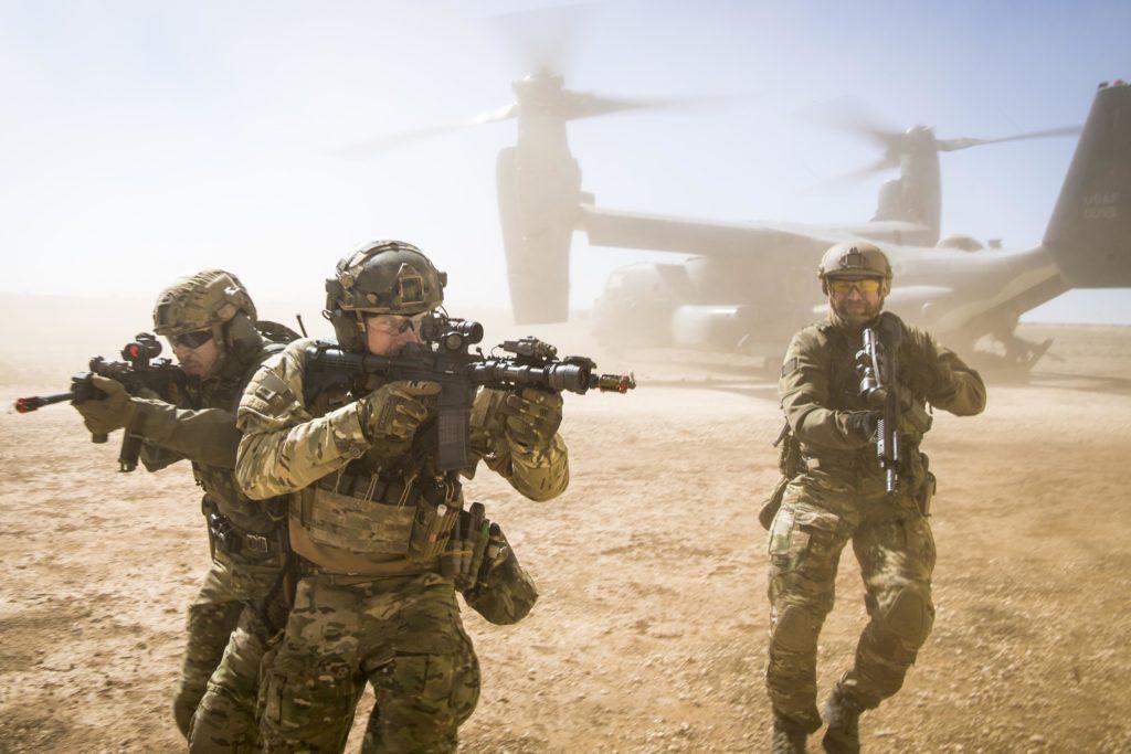 Un team congiunto di forze speciali statunitensi sbarca da un CV-22 Osprey il 26 febbraio 2018, presso il Melrose Training Range, N.M., durante l'esercitazione Emerald Warrior. (US Air Force photo/Senior Airman Clayton Cupit)