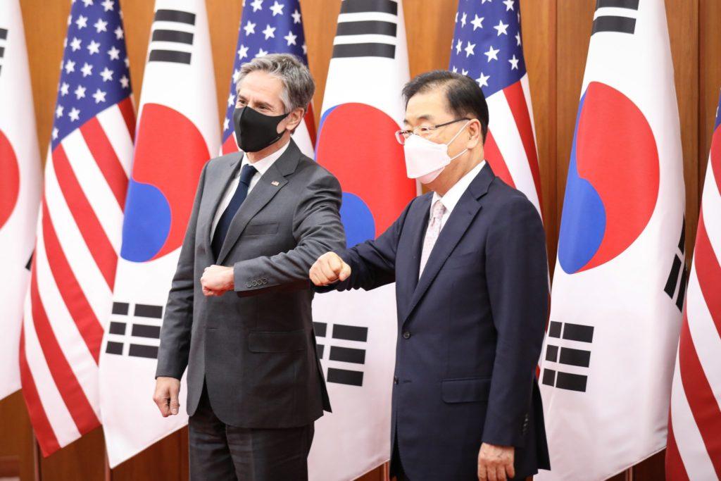 Blinken e il suo omologo coreano Chung Eui-yong (Fonte: account Twitter Ministero Affari Esteri della Corea del Sud).