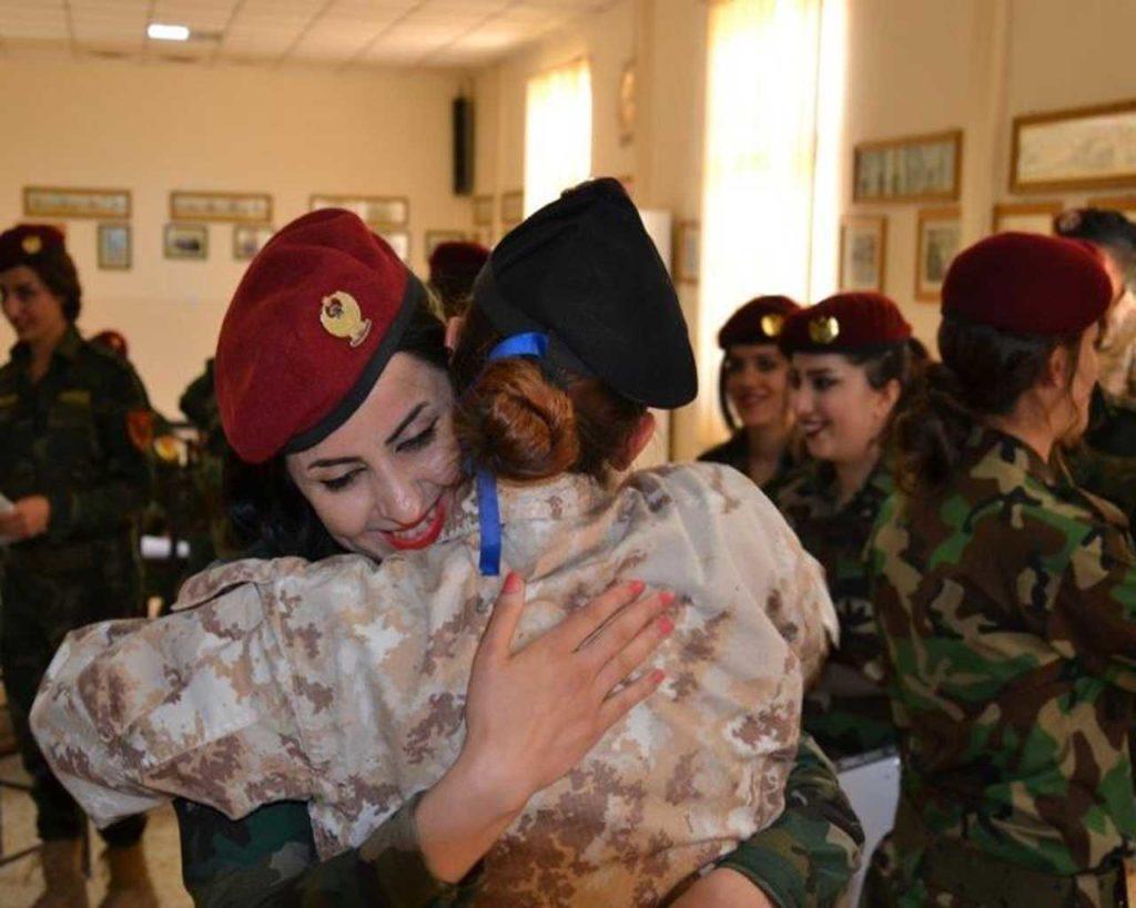 Un abbraccio fra un'istruttrice dell'Esercito Italiano e una combattente Peshmerga curda al termine del corso di addestramento tenuto a Erbil nel 2016. (Fonte: Esercito Italiano)  Tatiana Basilio  Tatiana Basilio