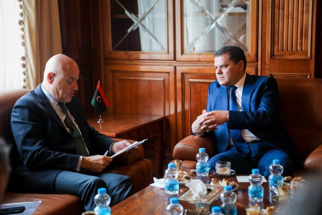 Claudio Descalzi, Amministratore Delegato di ENI e Abdulhamid Dbeibah, neo Primo Ministro del Governo di Unità Nazionale della Libia, durante il loro incontro a Tripoli il 21 marzo (Fonte: account Twitter di ENI).