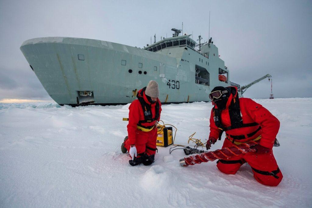 Appaltatori civili conducono operazioni di misurazione del ghiaccio insieme alla HMCS Harry DeWolf. (Fonte: Ministero della Difesa canadese)