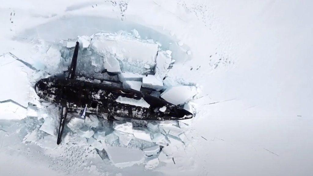 Una foto rilasciata dal ministero della Difesa russo il 26 marzo 2021, che mostra un sottomarino nucleare russo che rompe il ghiaccio artico durante esercitazioni militari in un luogo non specificato. (Fonte: ministero della Difesa russo)