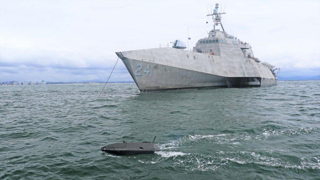 Un ADARO interagisce con la USS Oakland (LCS 24) durante la UxS IBP 21, tenutasi nelle acque al largo della California meridionale. (Fonte: US Navy)