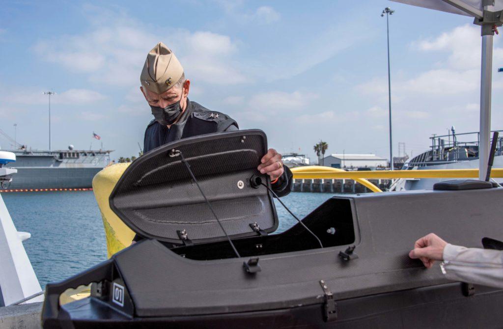 Il Chief of Naval Research, Rear Admiral Lorin Selby, comandante dell'Ufficio per le ricerche navali della US Navy, osserva la stiva per il payload (carico utile) di un ADARO. (US Navy)