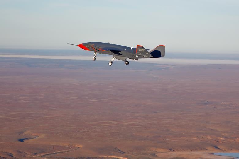 """L'Airpower Teaming System (ATS), il drone concepito da Boeing per operare come un """"fedele gregario"""" (Loyal Wingman) dei caccia pilotati dell'Aeronautica australiana grazie all'impiego dell'intelligenza artificiale. Su questo drone si baserà anche il prototipo che Boeing costruirà per la gara relativa al programma Skyborg dell'US Air Force. (Fonte: Source: Commonwealth of Australia)"""