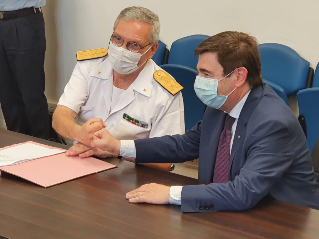 La firma del contratto per il SICRAL 3: da sinistra, l'Ammiraglio Ispettore Capo Giuseppe Abbamonte, Direttore di Teledife, e Massimo Claudio Comparini, AD Thales Alenia Space Italia.