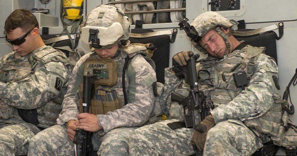 """I soldati professionisti sono addestrati a cogliere ogni opportunità di riposo tra una fase di attività e l'altra, ma tale capacità non è sufficiente a regolare i ritmi circadiani disturbati dal """"jet lag"""" o dalle operazioni notturne. (Fonte: US DoD)"""