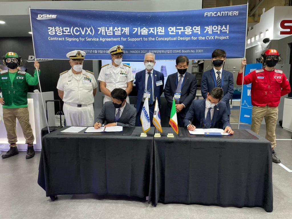 """La firma del contratto per il supporto al Conceptual Design della nuova classe di portaerei """"CVX"""" per la Marina della Repubblica di Corea. (Fonte: Fincantieri)"""