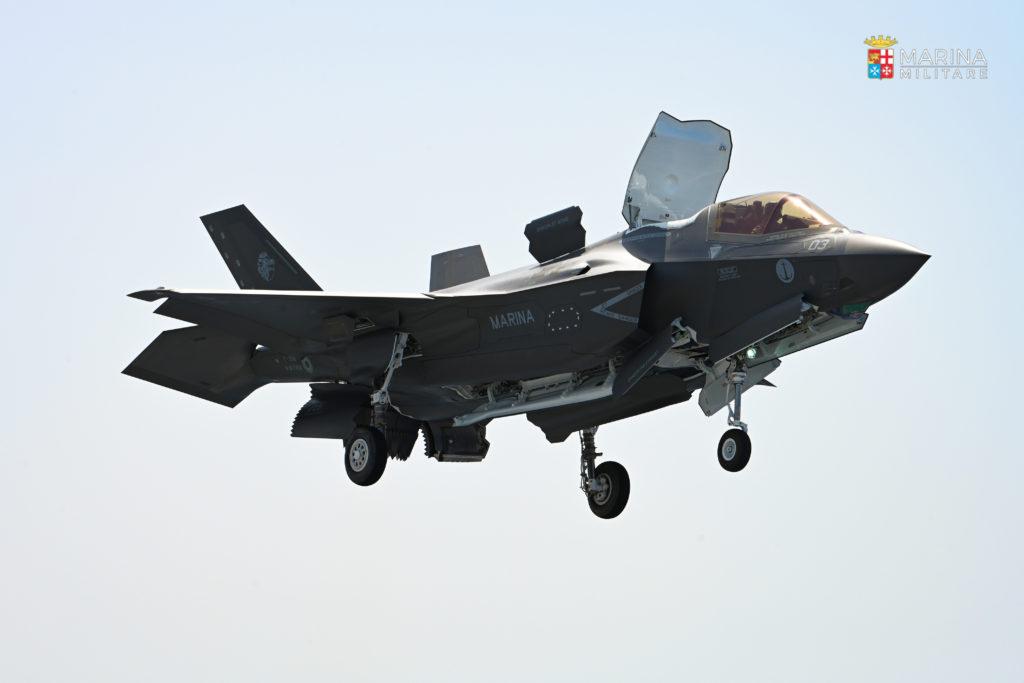 In questa e nelle altre immagini presenti in questa pagina, l'appontaggio del primo F-35B sul ponte della portaerei Cavour della Marina Militare. (Fonte: Marina Militare)