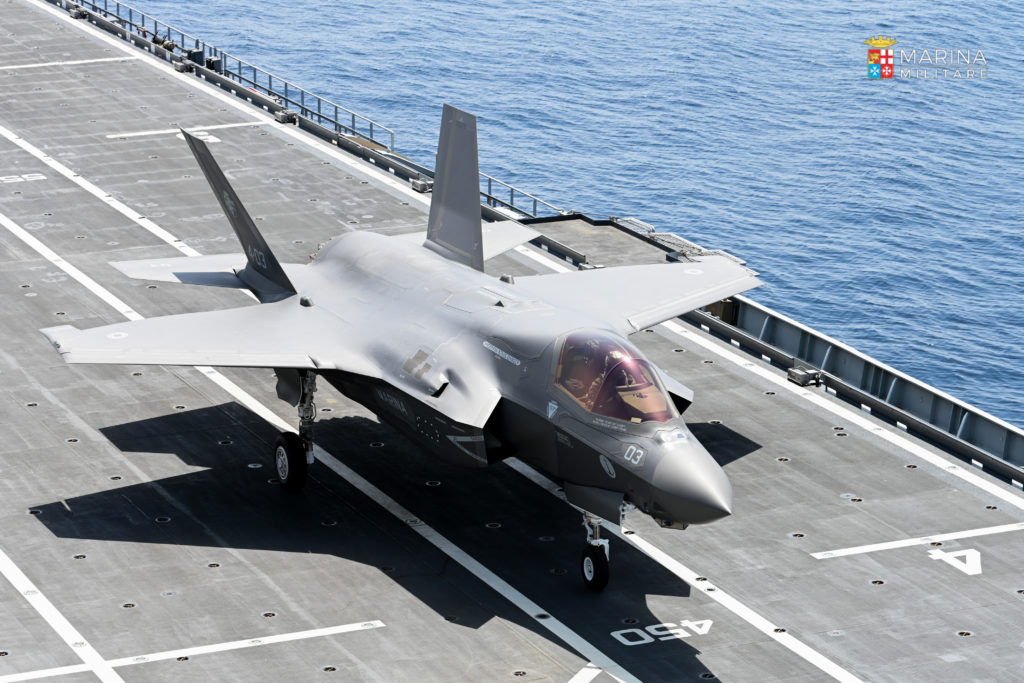 Il primo F-35B della Marina destinato a bordo del Cavour consentirà l'inizio a breve dell'addestramento dei piloti all'appontaggio e al decollo dai ponti di volo delle navi della MM. (Fonte: Marina Militare)