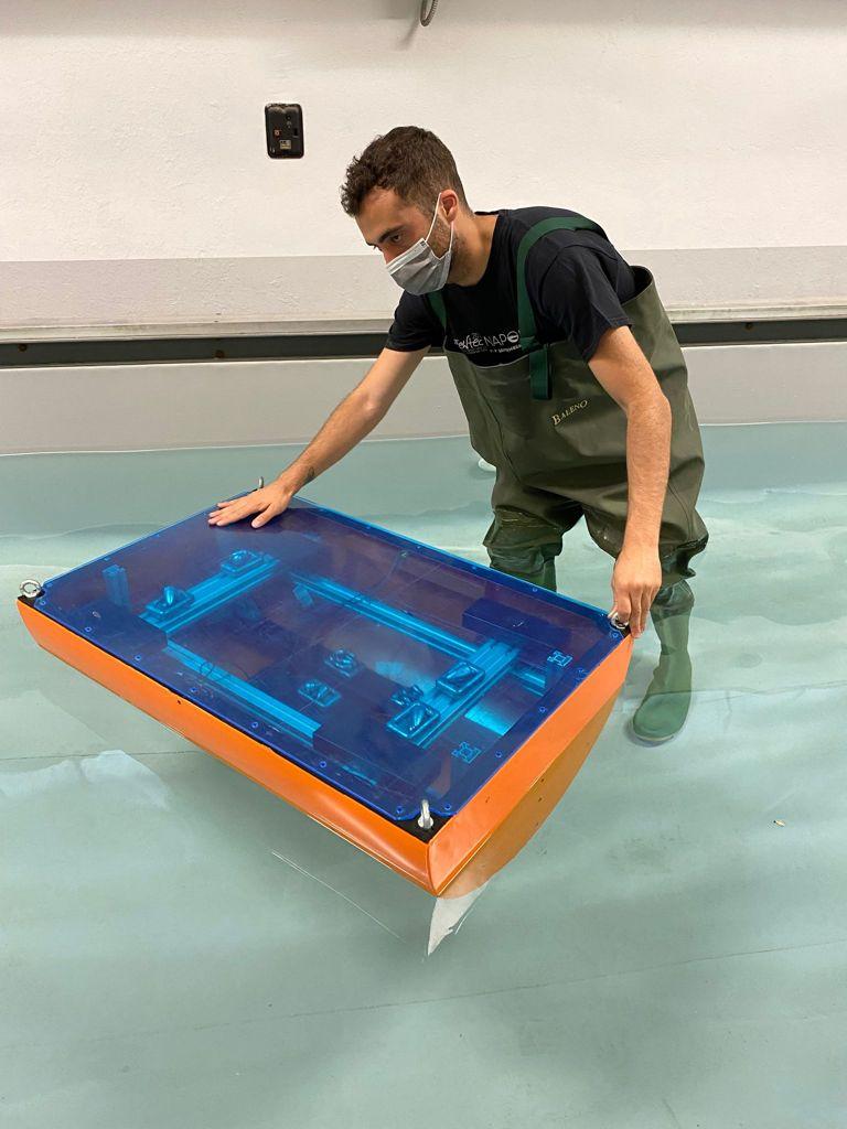 Prototipo del PEWEC in scala 125 durante le prove preliminari presso la vasca navale del Politecnico di Torino. (Fonte: ENEA)