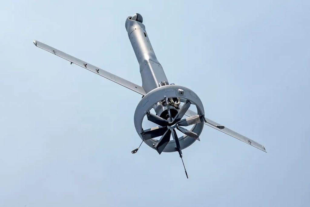 """Il V-BAT è un sistema a decollo e atterraggio verticali, operazioni che compie con la coda rivolta verso il basso (da cui la qualifica di """"tail-sitter""""), sostenuto da un'elica spingente intubata."""