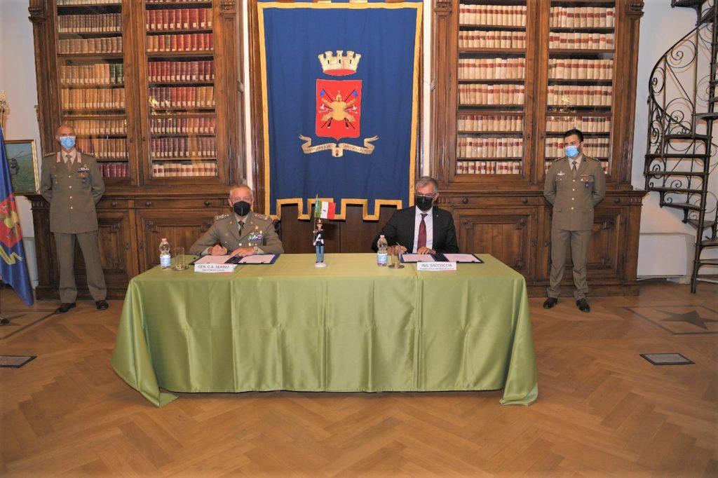 La firma dell'accordo. (Foto da Esercito Italiano)