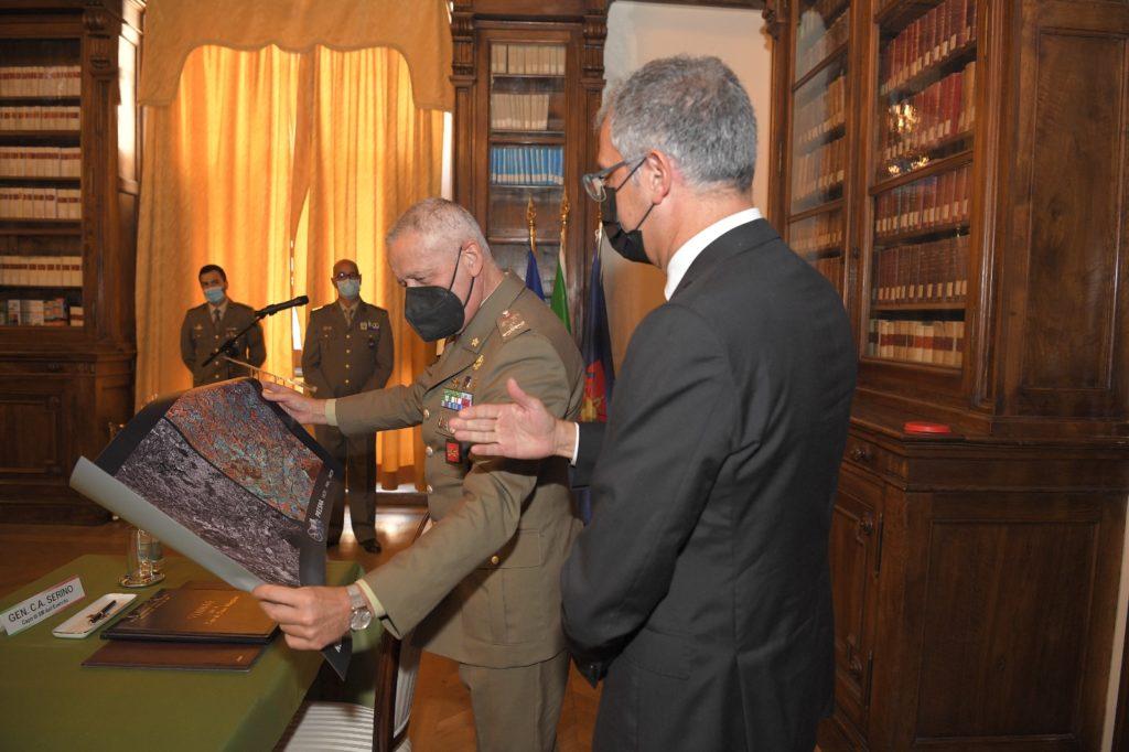 Il Capo di SME e il Presidente dell'ASI dopo la firma dell'Accordo. (Foto da Esercito Italiano)