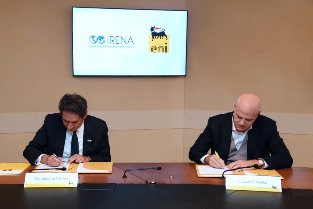 L'accordo sottoscritto dall'amministratore delegato di Eni, Claudio Descalzi, e dal direttore generale di IRENA, Francesco La Camera. (Fonte: Eni)