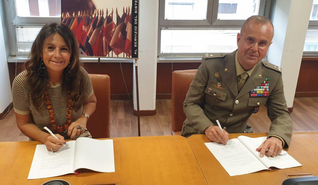 Il momento della firma dell'accordo da parte di Ilaria Bertini e del generale di brigata Michele Caccamo. (Fonte: ENEA)