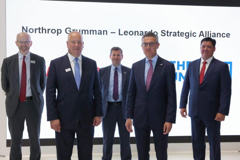 Il management di Leonardo e Northrop Grumman che ha firmato l'accordo volto a cogliere nuove opportunità nel mercato globale dei sistemi a pilotaggio remoto con capacità di decollo e atterraggio verticale (VTOL UAS). (Fonte: Leonardo)