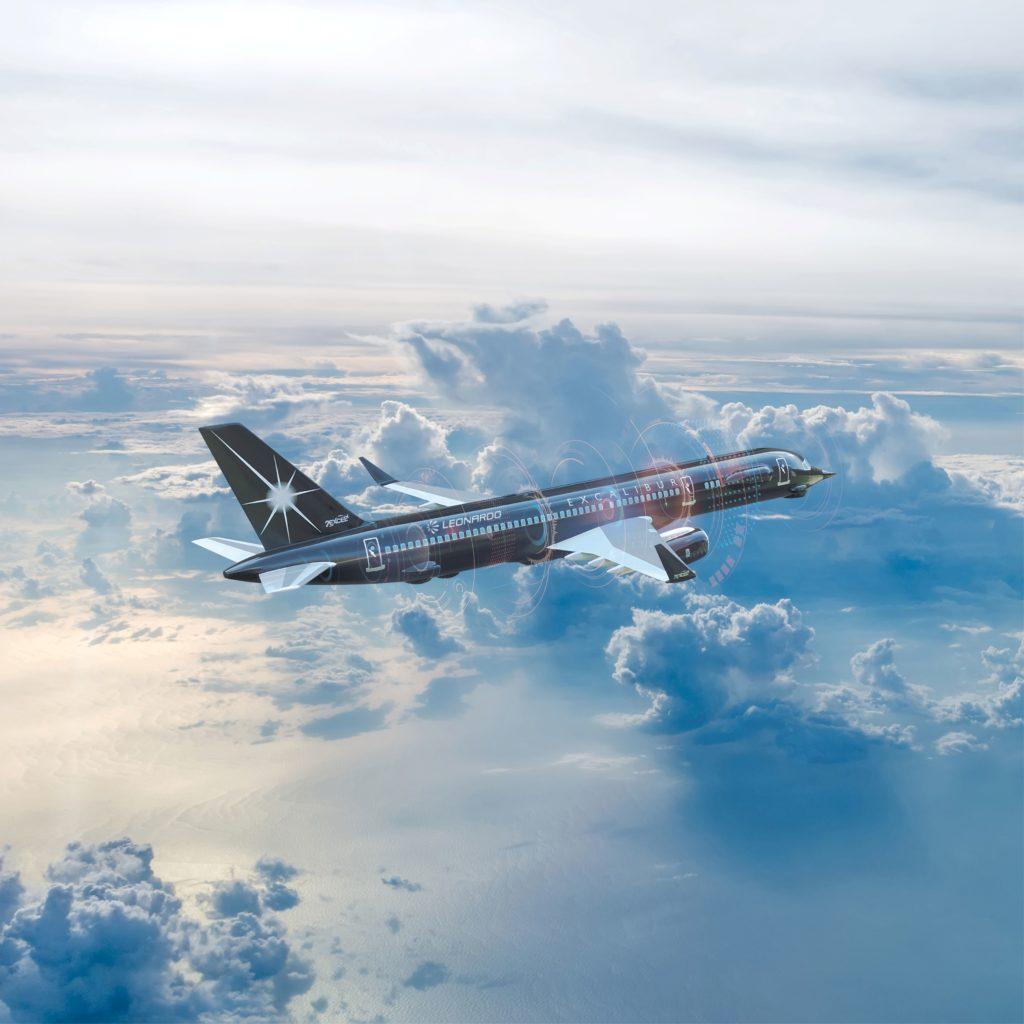 """""""Excalibur"""", l'aereo di linea completamente modificato che fornirà l'ambiente reale necessario per le ultime prove del Tempest Flight Test, riguardanti i complessi sensori integrati, gli effetti non cinetici e le comunicazioni in via di sviluppo da parte di Leonardo. (Fonte: Leonardo)"""